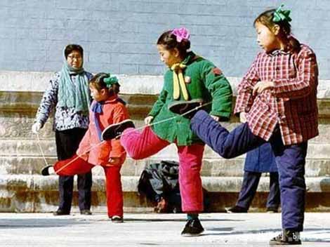 Woher kommt Gummitwist? Chinesische Mädchen beim Gummitwist